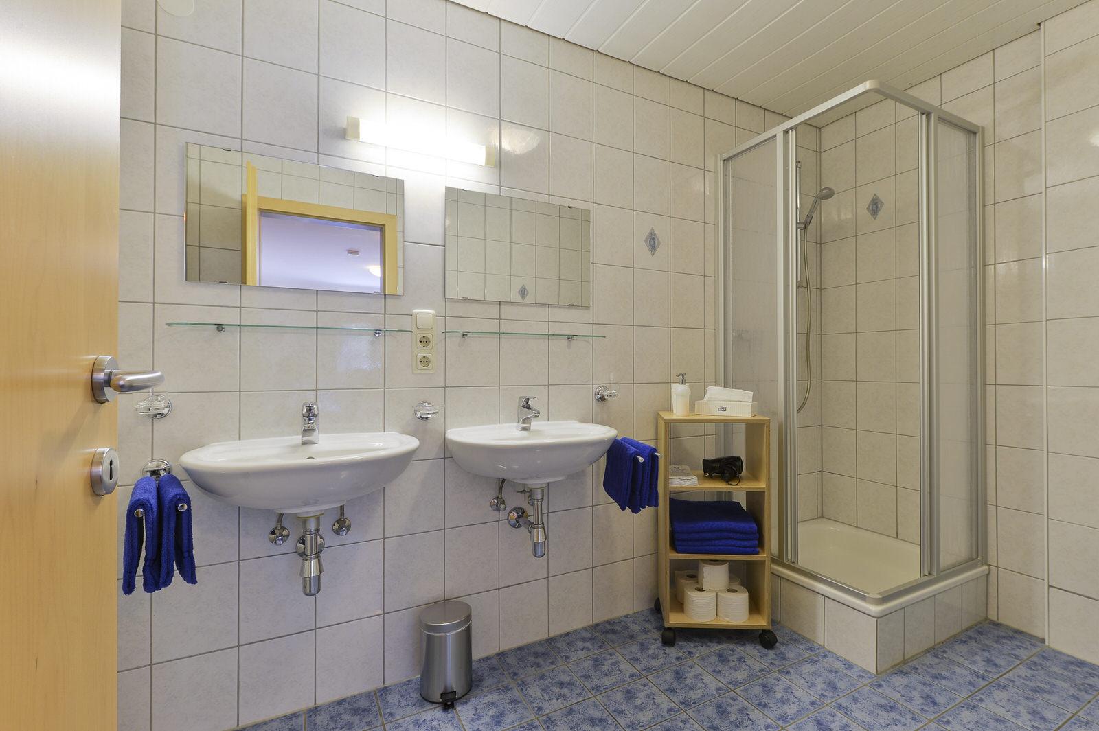 Top 1 haus anna appartements stuben langen am arlberg for Badezimmer yedisu